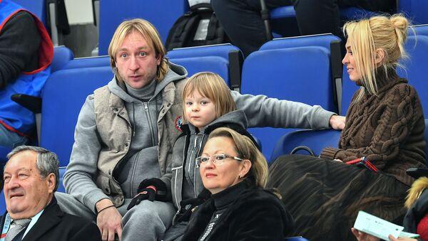 Спортсмен Евгений Плющенко с супругой Яной Рудковской (справа) и сыном Александром - Sputnik Беларусь