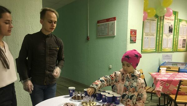 На 678 участке 110-го избирательного округа детей угощают творожными сырками - Sputnik Беларусь