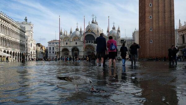 Знаменитая площадь Святого Марка регулярно заливается водой, но такого сильного наводнения, как в этом году, не было уже давно - Sputnik Беларусь