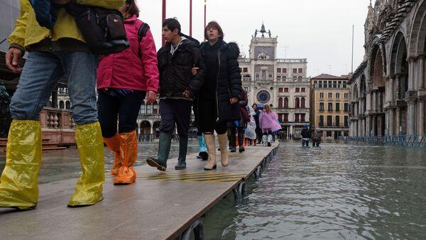 Туристы гуляют на площади Святого Марка после сильного наводнения - Sputnik Беларусь