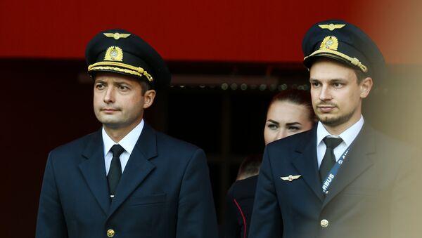 Командир экипажа лайнера Airbus А321 авиакомпании Уральские авиалинии Дамир Юсупов (слева) и второй пилот Георгий Мурзин - Sputnik Беларусь