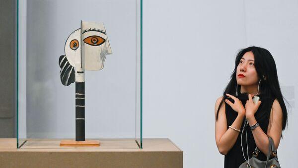 Женщина смотрит на работу Пабло Пикассо Голова женщины в арт-галерее в Пекине - Sputnik Беларусь