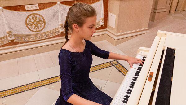 Ноты шрифтом Брайля: девочка играет на рояле, который никогда не видела - Sputnik Беларусь