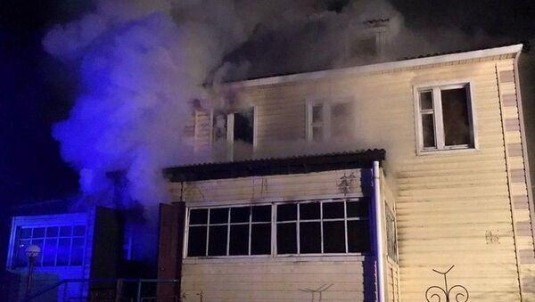Мужчина чуть не сгорел, пытаясь самостоятельно потушить пожар в своем доме - Sputnik Беларусь