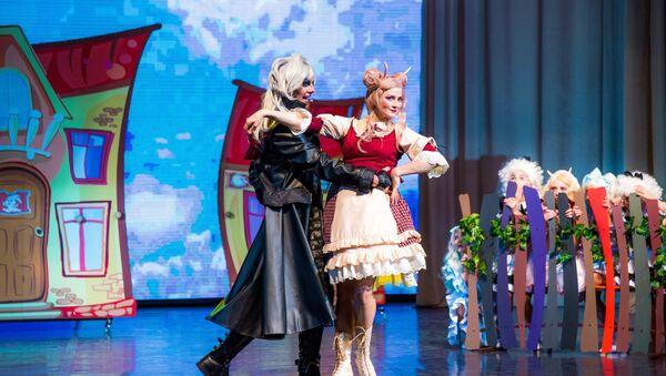 Вероника Пляшкевич (Коза) и Сергей Чекерес (Волк) в мюзикле Динь-Дон, я ваша мама! - Sputnik Беларусь