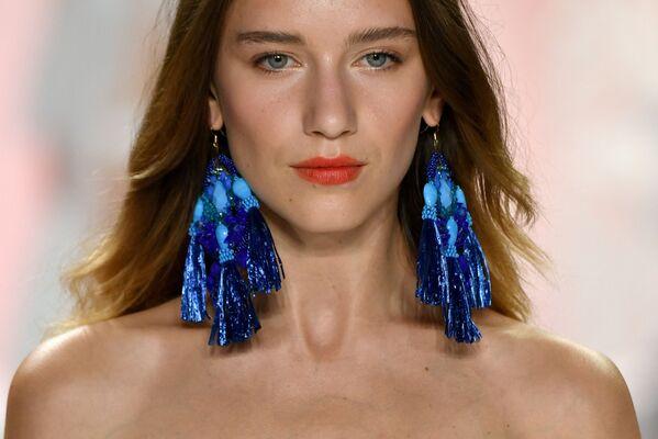 Синие серьги Badgley Mischka на Неделе моды в Нью-Йорке - Sputnik Беларусь