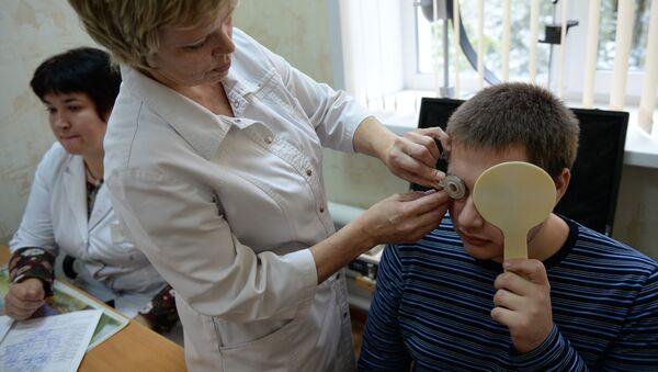 Юноша во время проверки зрения у окулиста, архивное фото - Sputnik Беларусь