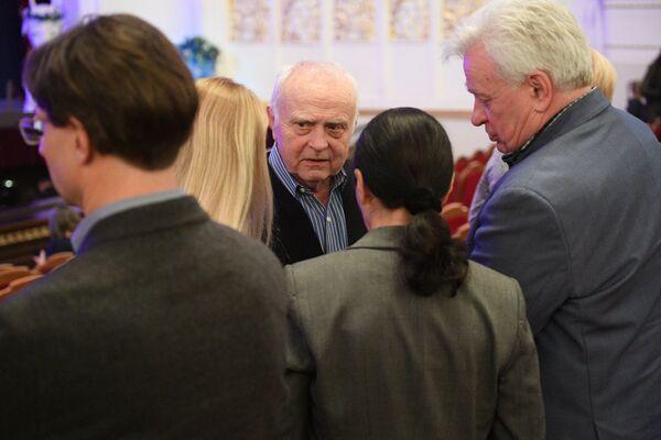 Валентин Елизарьев с первым исполнителем роли Адама Юрием Трояном (справа) - Sputnik Беларусь
