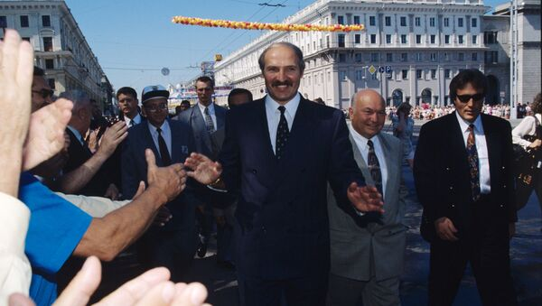Президент Беларуси Александр Лукашенко и мэр Москвы Юрий Лужков на праздничных гуляньях в Минске, 1997 год - Sputnik Беларусь