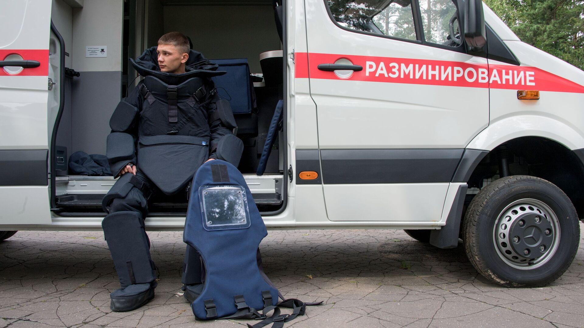Военнослужащий в защитном костюме сапера тяжелого класса  - Sputnik Беларусь, 1920, 04.10.2021