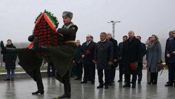 Президент республики Татарстан Рустам Минниханов возложил цветы к стеле у музея Великой отечественной войны  - Sputnik Беларусь