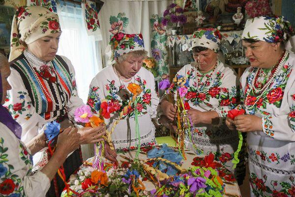В этот день крестьяне обращаются к Богу с просьбой о хорошем урожае, принося в жертву испеченный каравай хлеба. - Sputnik Беларусь