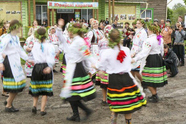 Обходят все дома в деревне. Танцуют и поют. - Sputnik Беларусь