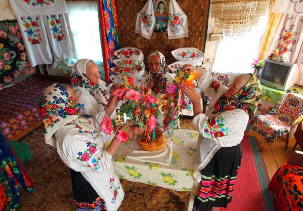 Здесь до сих пор можно увидеть не только уникальный Юрьевский хоровод,  но и празднование Колядок и Щедреца.  - Sputnik Беларусь