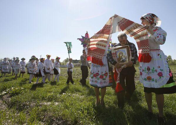 Рушник символизирует царские ворота в церкви, и в поле все проходят под ним. - Sputnik Беларусь