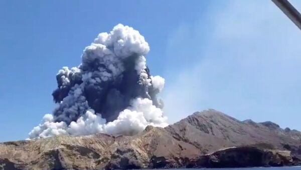 Дым извергающегося вулкана на острове Уайт-Айленд  - Sputnik Беларусь
