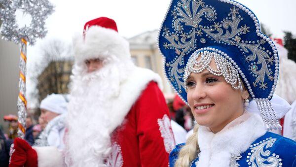 Дед Мороз и его помощница Снегурочка в Краснодаре, Россия - Sputnik Беларусь