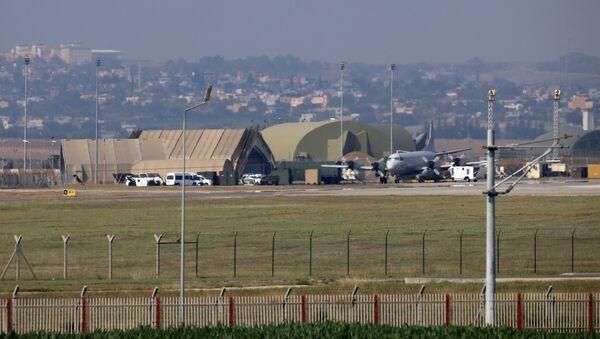 Военный самолет на взлетно-посадочной полосе на авиабазе Инджирлик, на окраине города Адана, на юго-востоке Турции - Sputnik Беларусь