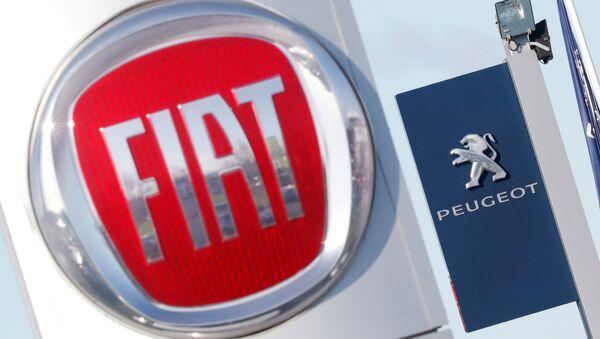 Эмблемы Fiat и Peugeot - Sputnik Беларусь