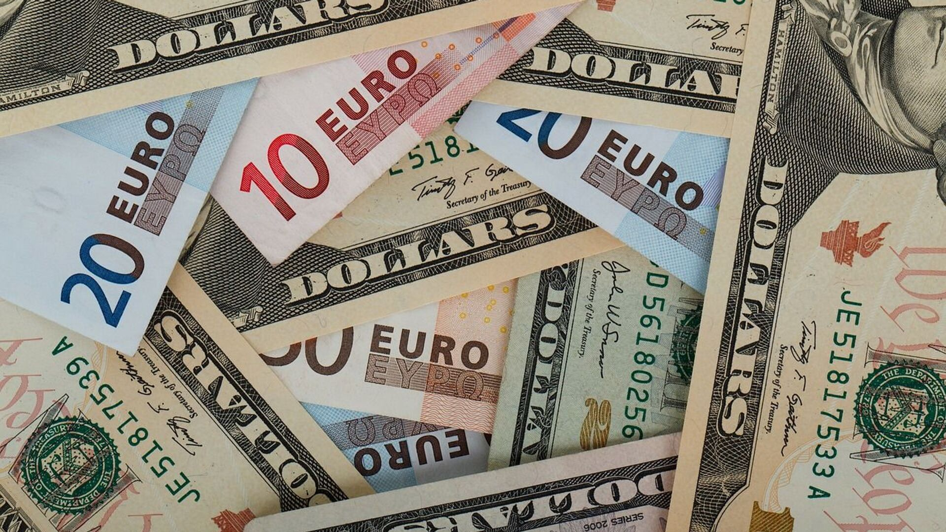 Доллары и евро - Sputnik Беларусь, 1920, 07.10.2021