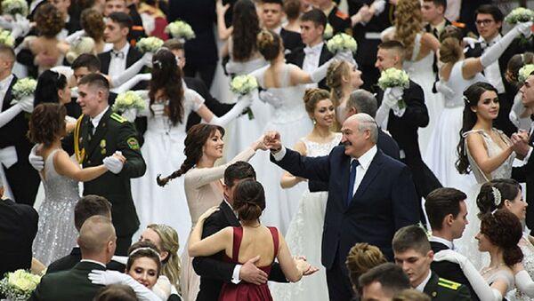 Президент Беларуси танцевал на Венском балу во Дворце Независимости - Sputnik Беларусь