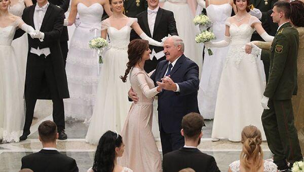 Аляксандр Лукашэнка выканаў танец на Венскім балі ў суправаджэнні тэлевядучай Паліны Шубы - Sputnik Беларусь