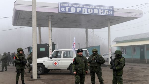 Представители ДНР на КПП на окраине города Горловка в Донецкой области - Sputnik Беларусь