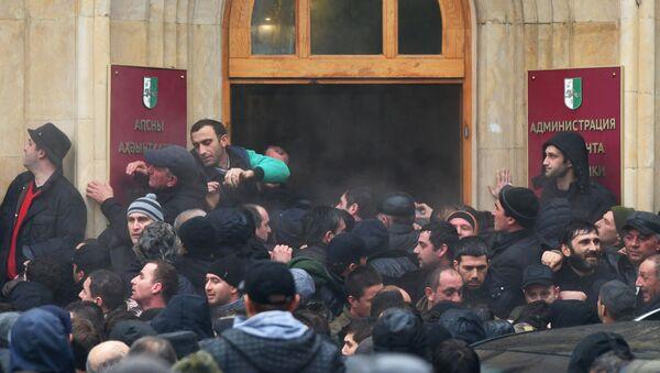 Абхазские оппозиционеры штурмуют здание администрации президента  - Sputnik Беларусь