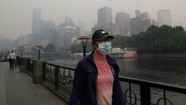 Люди носят маски, чтобы защитить себя от густого дыма от лесных пожаров в Мельбурне - Sputnik Беларусь