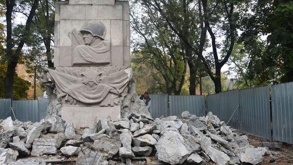 Снос памятника Благодарности солдатам Красной Армии, павшим во время боевых действий  Великой Отечественной войны, в Скарышевском парке Варшавы - Sputnik Беларусь