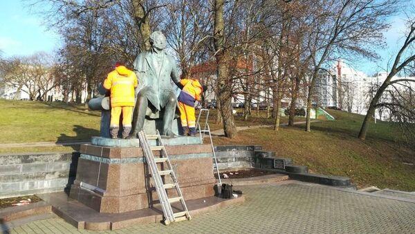 Коммунальщики оттирают краску с памятника Пушкину - Sputnik Беларусь