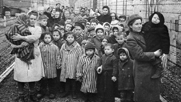 Советские врачи и представители Красного креста среди узников Освенцима в первые часы после освобождения лагеря - Sputnik Беларусь