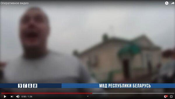 Буйный после дня рождения пассажир вызвал на разы ГАИ-шника - видео - Sputnik Беларусь