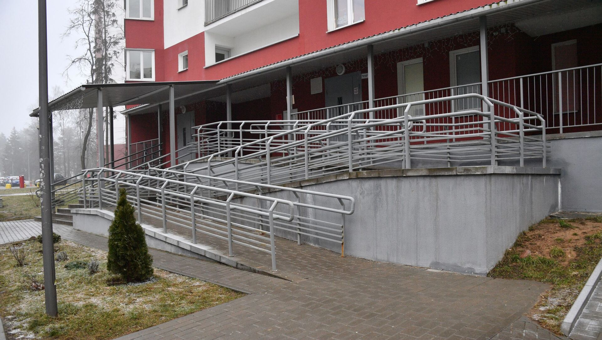 В соседней многоэтажке сразу пристроили самый обычный пандус с перилами - Sputnik Беларусь, 1920, 03.03.2021