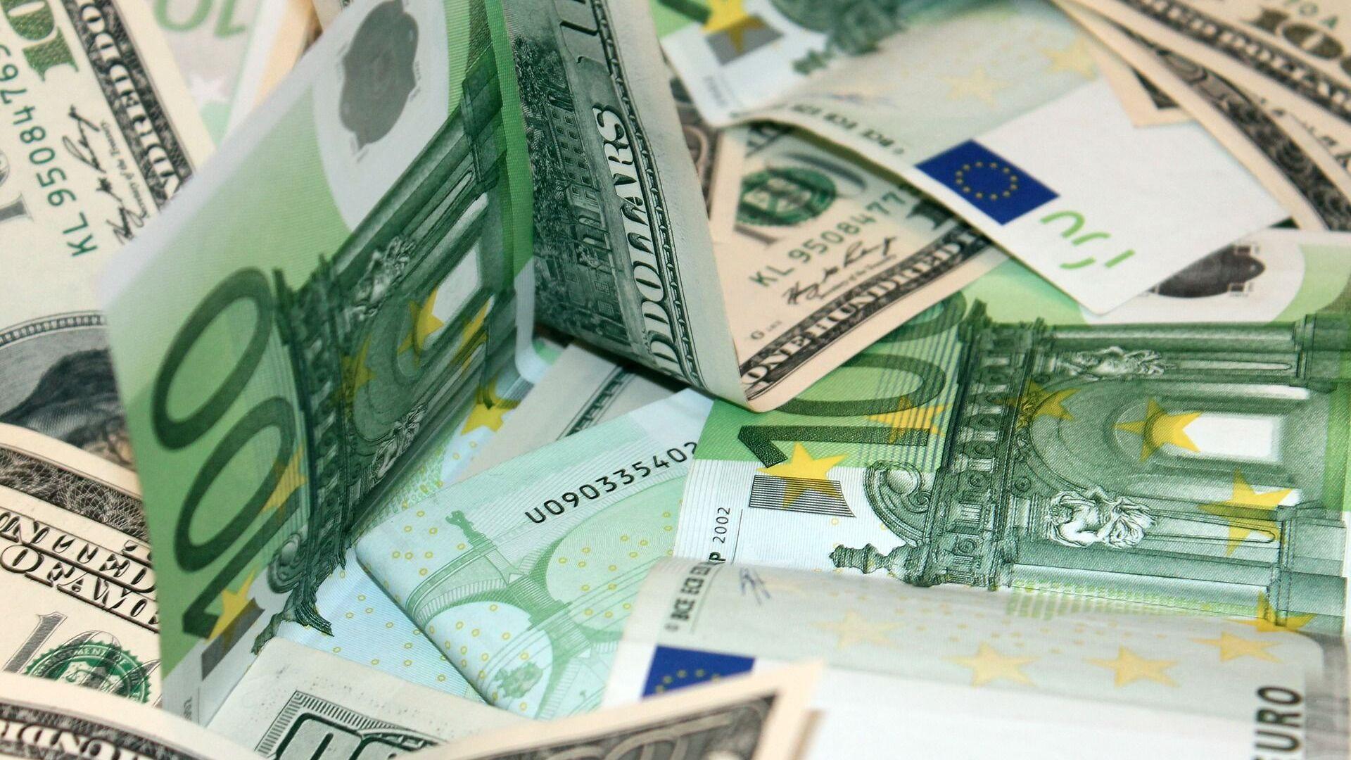 Доллары и евро - Sputnik Беларусь, 1920, 18.09.2021