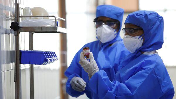 Врачи берут пробу у предполагаемого больного коронавирусом - Sputnik Беларусь