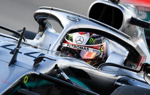 Год назад 14 апреля 2019 года в Китае Формула-1 провела тысячную гонку в истории, которую выиграл британский пилот Мерседеса Льюис Хэмилтон. Он же выиграл и последнюю гонку 70-го сезона в Абу-Даби в декабре минувшего года, став шестикратным чемпионом Ф-1. - Sputnik Беларусь