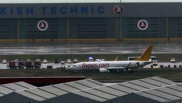 Самолет в аэропорту Сабихи Гекчен в Стамбуле - Sputnik Беларусь