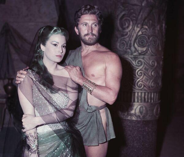 Сильвана Мангано с Кирком Дугласом во время съемок фильма Приключения Одиссея (1954). - Sputnik Беларусь
