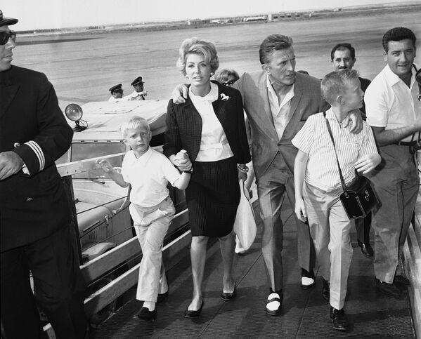 Голливудский актер Кирк Дуглас, его жена Энн и двое их сыновей Питер и Эрик. В 1953 году Кирк женился на Энн Байденс. - Sputnik Беларусь