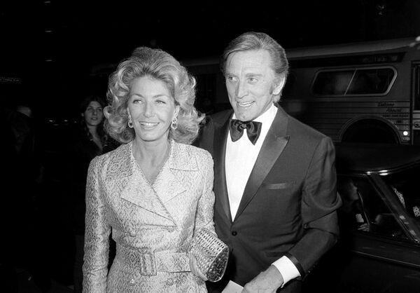 Кирк Дуглас и Энн Байденс (в этом году ей исполнится 101 год) прожили вместе более 65 лет. Энн Байденс стала главной женщиной в жизни легендарного актера, его первой помощницей и главой созданной Дугласом кинокомпании. Они смогли победить онкологическое заболевание Энн, а после она снова спасала его от суицидальной депрессии, в которую он впал после инсульта. В 2004 году они потеряли своего младшего сына Эрика, скончавшегося от передозировки наркотиков.  - Sputnik Беларусь