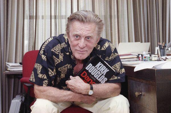 Актер Кирк Дуглас в 1990 году. В 1988 году он выпустил первую автобиографию The Ragman's Son (Сын старьевщика). Пережив инсульт, Дуглас занялся написанием беллетристических книг: Танец с дьяволом, Секрет, Последнее танго в Бруклине. Ему принадлежат такие слова: Может быть, после смерти вы окажетесь перед большим бородатым стариком на большом троне и спросите у него: Это рай? А он ответит: Рай? Да вы только что оттуда! - Sputnik Беларусь