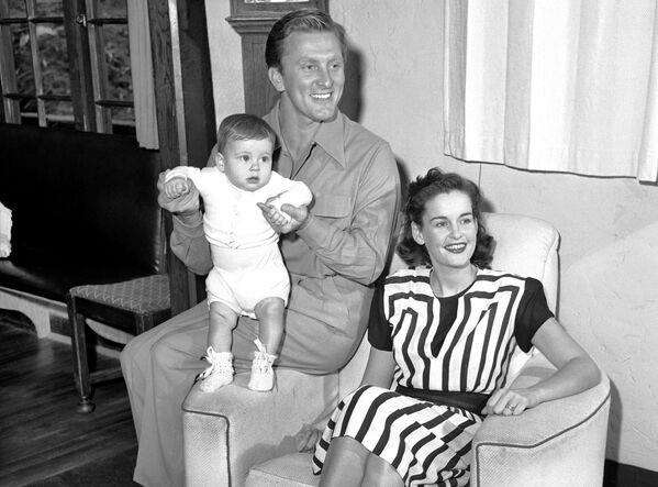 Кирк и Диана Дуглас с сыном Джоэлом 9 сентября 1947 года в Голливуде, Лос-Анджелес. Первый раз Кирк женился в 1943 году на студентке театрального училища Диане Дилл. - Sputnik Беларусь