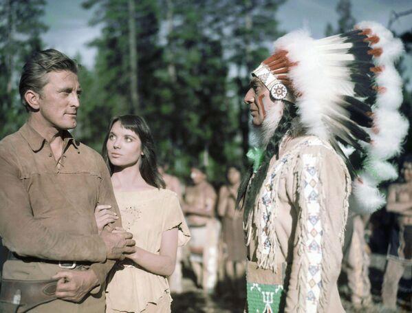 Кирк Дуглас, Эльза Мартинелли и Эдуард Франц в вестерне Индейский воин (1955). - Sputnik Беларусь