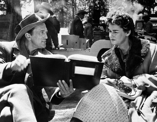 Кирк Дуглас и его бывшая жена Диана на съемках фильма Индейский воин (1955). Диана оставила актерскую карьеру лишь в 2008 году. Она умерла в 2015-м в возрасте 92 лет от рака в доме престарелых для работников киноиндустрии в Вудленд-Хиллз. - Sputnik Беларусь