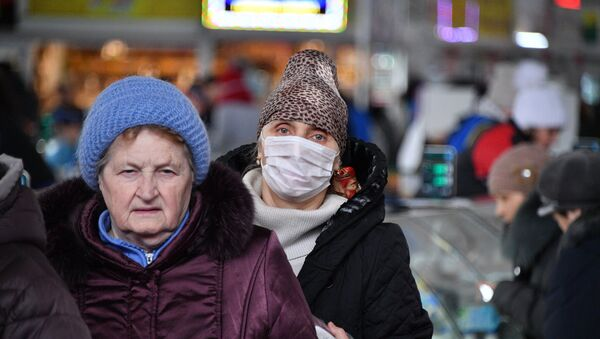 Люди в медицинских масках на минской Комаровке - Sputnik Беларусь