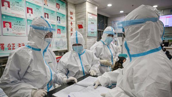 Медицинские работники в защитной одежде - Sputnik Беларусь