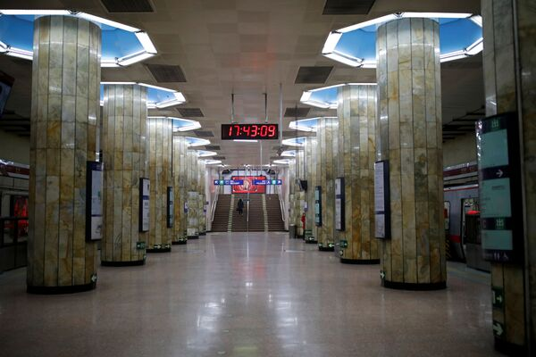Пассажиров на станции метро в Пекине практически нет - Sputnik Беларусь