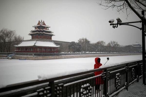 Девушка в маске во время селфи у Запретного города в Пекине  - Sputnik Беларусь