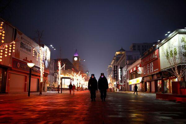 Полиция на пустынной улице в Пекине  - Sputnik Беларусь